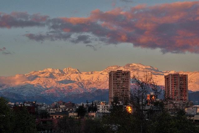 Que tal conhecer picos nevados e a bela cidade de Santiago?