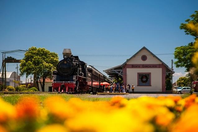 Passeio pelo trem do vinho, entre Bento Gonçalves e Garibaldi, oferece opções gastronômicas e degustação de vinhos e espumantes.