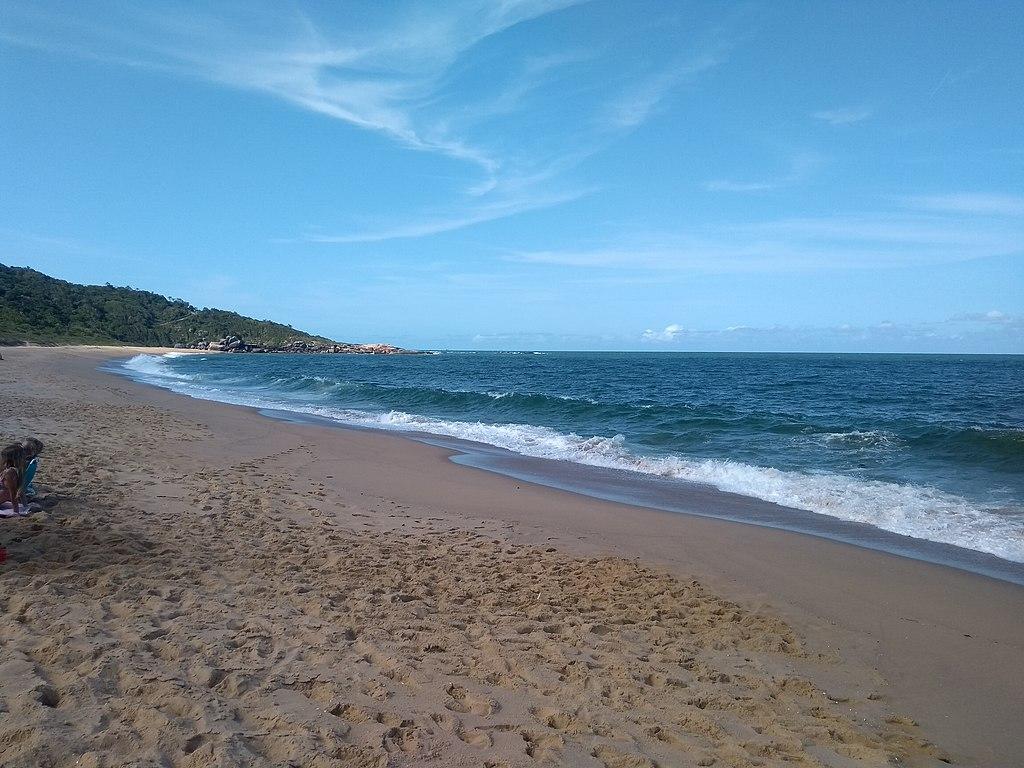 Praia do Estaleiro, em Balneário Camboriú, foi agraciada com o selo Bandeira Azul / Imagem: ChristianH, CC BY-SA 4.0, via Wikimedia Commons