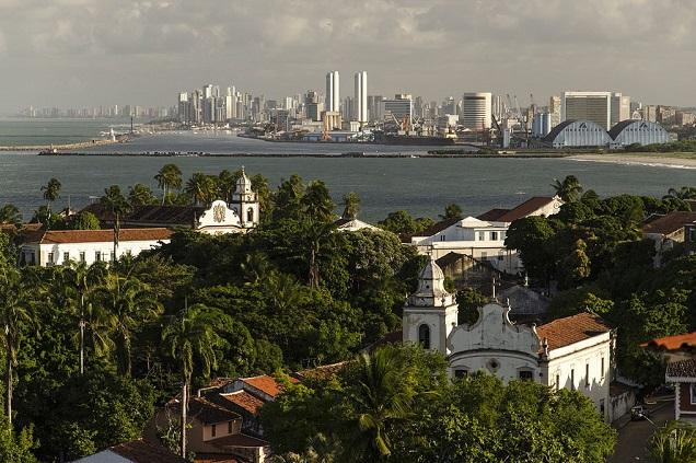 A histórica cidade de Olinda com Recife, ao fundo