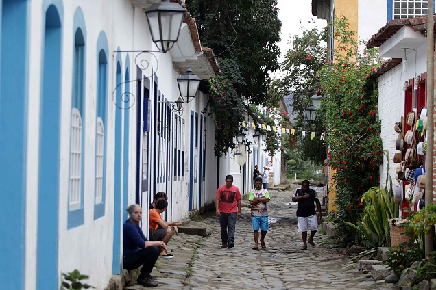 Ruas irregulares de pedra são um atrativo particular da histórica Paraty