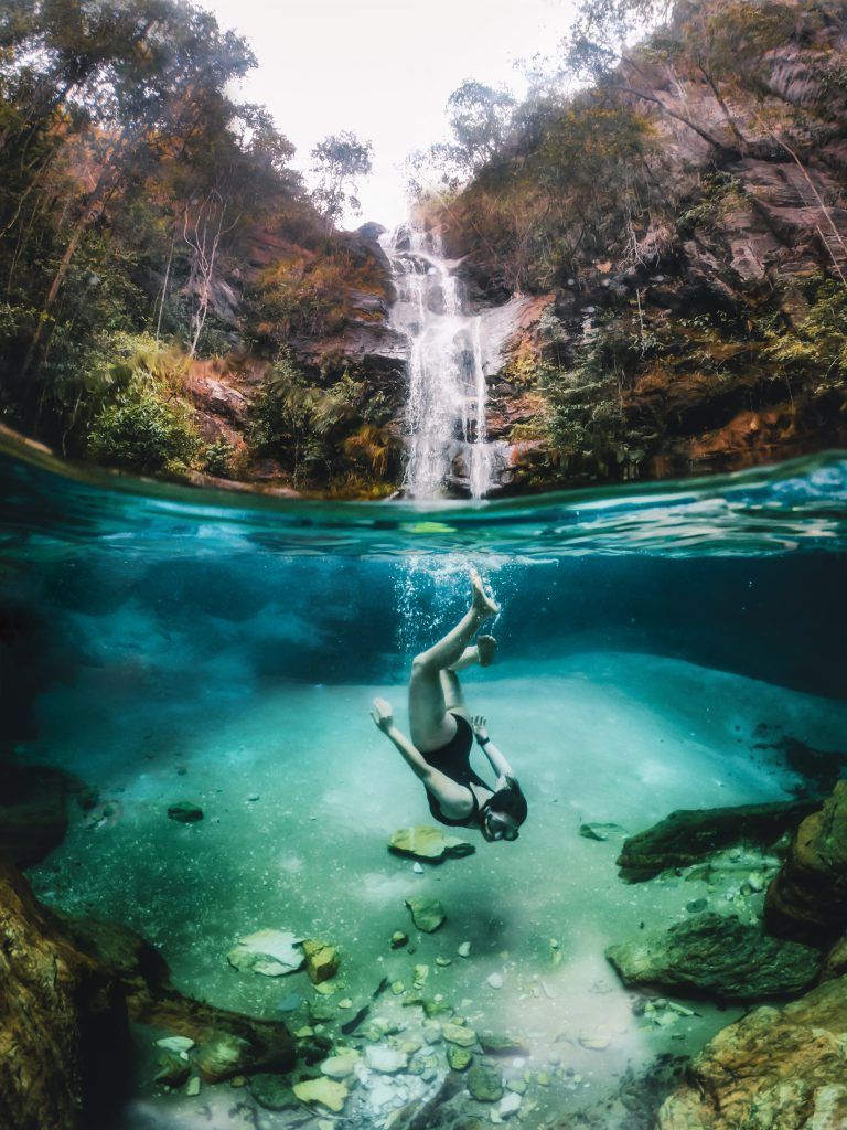 Uma piscina azul e cristalina: assim é a cachoeira Santa Bárbara (Crédito Mundo Sem Muros)(Crédito Mundo Sem Muros)