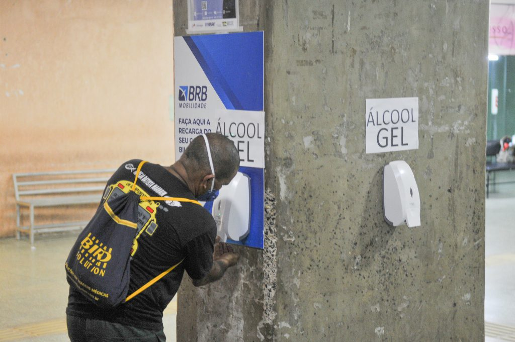 Passageiro se previne com máscara e álcool gel na Rodoviária de Brasília - Foto: Renato Araújo/Agência Brasília