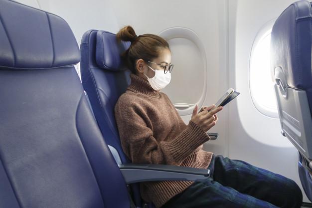 Escolha o assento da janela na sua viagem, pois assim você ficará longe do corredor, onde há um maior fluxo de viajantes.