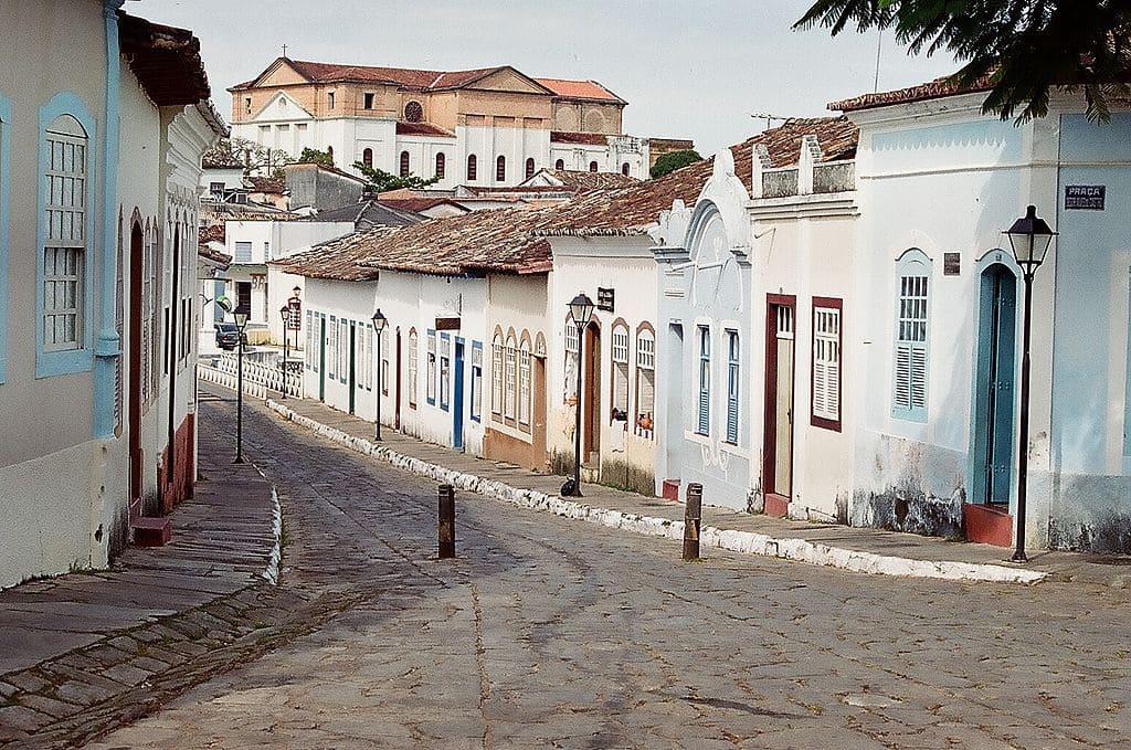 Caminhar pelas vias estreitas e antigas casas é um dos atrativos da Cidade do Goiás